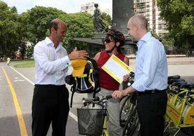 El jefe de Gabinete Horacio Rodríguez Larreta junto al Subsecretario de Transporte, Guillermo Dietrich , premiaron a la señora Patricia Valdez, que realizó el viaje número 15.000 en las bicicletas del sistema de bicing porteño. Foto: Mariana Sapriza/GCBA.